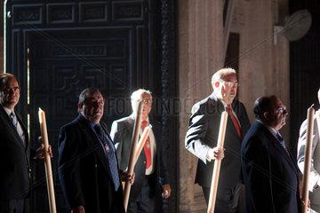 Sevilla  Spanien  Teilnehmer der Fronleichnamsprozession in der Capilla del Sagrario