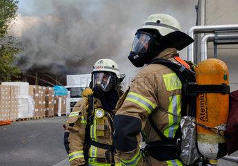 Berlin  Deutschland  Feuerwehrmaenner unter Atemschutz