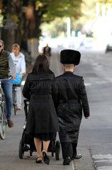 Orthodoxes juedisches Paar mit Kinderwagen in Antwerpen