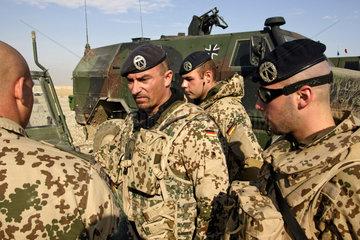 Mazar-e Sharif  Afghanistan  ISAF-Soldaten bei einer Lagebesprechung