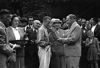 Hoppegarten  DDR  Paul Scholz (rechts)  stellvertretender Vorsitzender des Ministerrates der DDR  gratuliert Jockey Hans Pfoertke