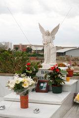 Alcudia  Mallorca  Spanien  Engelsskulptur auf einem Grab auf dem staedtischen Friedhof