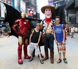 New York  USA  Jungen lassen sich mit Batman  Spiderman und Cowboy-Sheriff Woody fotografieren