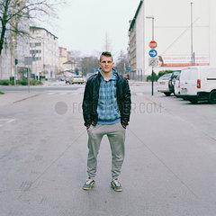Junger Mann posiert auf der Strasse