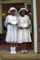 Zwei afroamerikanische Maedchen nach dem Gottesdienst