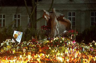 Totenlichter an einem Denkmal v. Papst Paul Johannes II