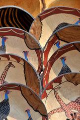 Suedafrika Tourismus: Geschnitzte Holzteller mit afrikanischen Motiven