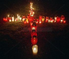 Jesuskreuz aus Kerzen bei einer Messe in Polen