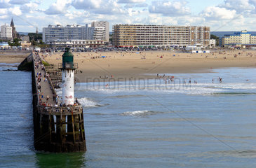Calais. Bettenburgen fuer Touristen und Pier