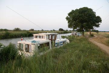 Agde  Frankreich  festgemachte Boote bei Sonnenuntergang am Ufer