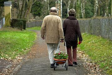Ehepaar beim Friedhofsbesuch