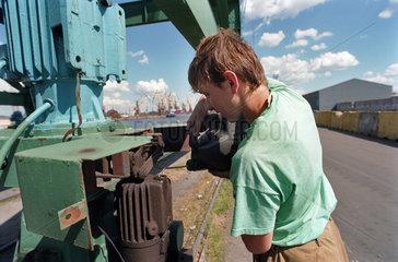Wartung eines Krans im Fischereihafen von Kaliningrad  Russland