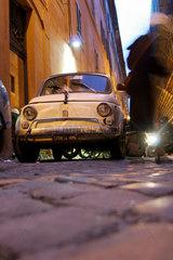 Rom: Gasse mit Fiat Cinquecento