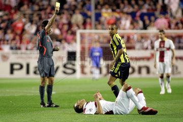 Sevilla  Spanien  ein Schiedsrichter zeigt eine gelbe Karte