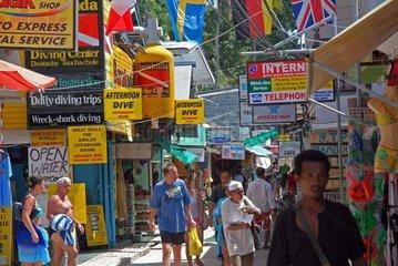 Geschaeftsstrasse auf Koh Phi Phi in Thailand