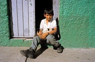 Mexikanisches Kind mit Katze