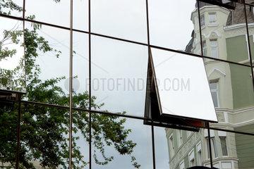 Glasfassade mit offenem Fenster