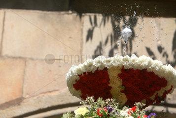 Barcelona  Spanien  tanzendes Huehnerei auf einer Wasserfontaene in der Kathedrale