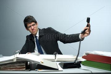 Riedlingen  Deutschland  ein Mann im Buero beim Telefonieren