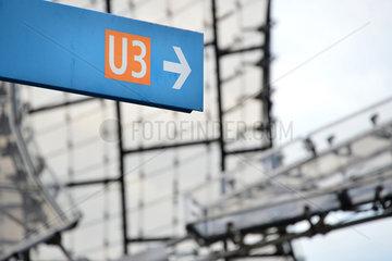 Muenchen  Deutschland  Wegweiser zur U-Bahnlinie U3 im Olympiapark Muenchen