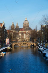 Amsterdam  Niederlande  Blick ueber den Oudezijds Voorburgwal auf die Sint-Nicolaaskerk