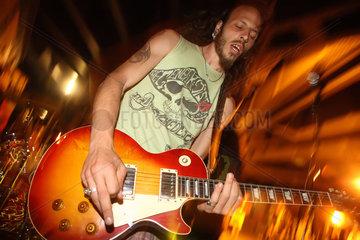 Berlin  Deutschland  ein Gitarrist einer Band spielt abends auf der Fete de la Musique