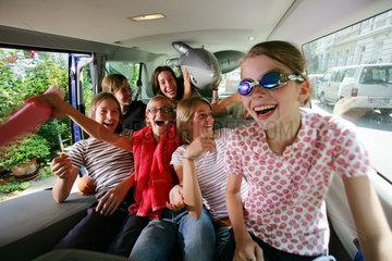 Kinder im Auto freuen sich auf die Ferienreise