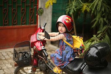 Maedchen auf einem Motorrad
