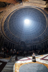 Im Rolli im Pantheon