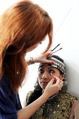 Medicus-Filmset  Ufa: Eine Gespielin des Koenigs wird geschminkt fuer den naechsten Dreh
