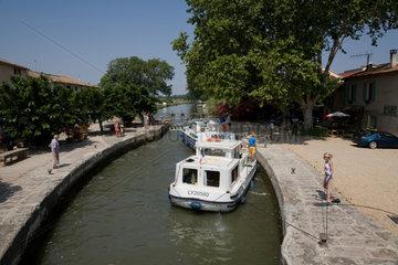 Villeneuve-les-Beziers  Frankreich  Hausboote in einer Schleuse