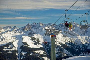 Doppelsesselbahn  Hahnenkoepflebahn zur Bergstation  dahinter der Allgaeuer Hauptkamm  Gottesackerplateau  Kleinwalsertal