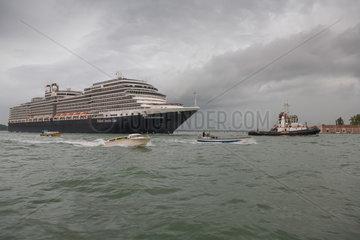 Venedig  Italien  die MS Nieuw Amsterdam wird zum Terminal geschleppt