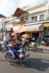 Phnom Penh  Kambodscha  eine Frau mit drei Kindern in einem Cyclo