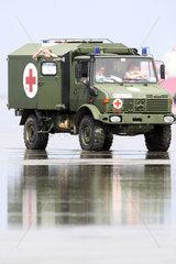 Cuxhaven  Deutschland  Krankenwagen der Bundeswehr im Wattenmeer
