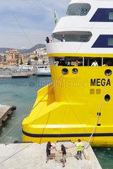 Nizza  Frankreich  Korsikafaehre legt im Hafen von Nizza an