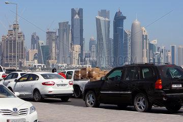 Doha  Katar  Blick von der Al Corniche Street auf die Skyline