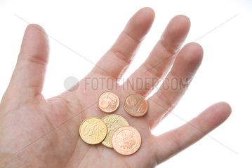 Hamburg  eine Person haelt einige Centstuecke in der Hand