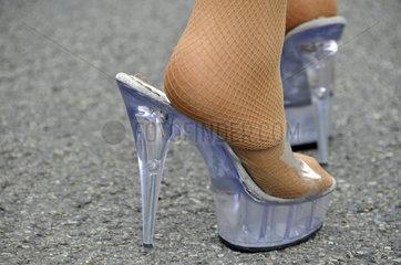 Stoeckelschuhe einer Drag Queen auf der CSD-Parade in Koeln