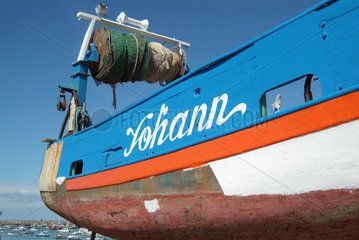 Bretagne - Fischerboot im Trockendock
