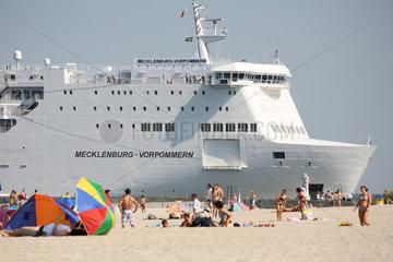 Rostock-Warnemuende  Deutschland  Urlauber in Strandkoerben und RoPax-Faehre