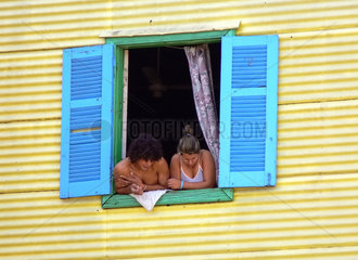 Argentinien: Ehepaar lehnt im Fenster im Stadtteil La Boca von Buenos Aires