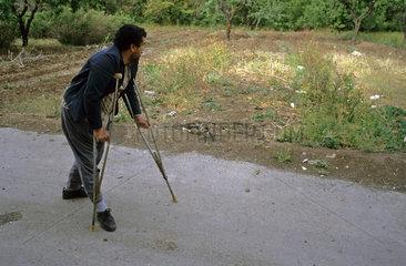 Gehbehinderter Iraner mit Kruecken