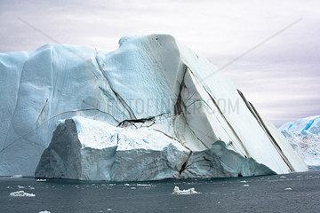 Eisberg mit Schmutzstreifen in der Disko-Bucht