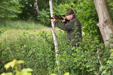 Jaeger mit Jagdgewehr