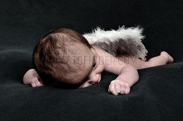 Baby auf schwarzer Decke