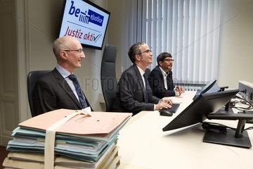 Berlin  Deutschland - Hans-Christian Helbig  Dirk Behrendt und Michael Gaedeke. Am Richtertisch im digitalisierten Verhandlungssaal.
