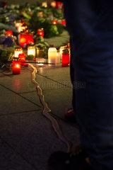 Deutschland  Berlin - Gedenken an die Opfer des Terroranschlags am Weihnachtsmarkt Breitscheidplatz (Gedaechtniskirche) 2016