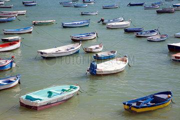 Spanien  festgemachte Boote in der Bucht von Cadiz