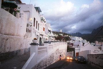 Agaete  Gran Canaria  Spanien  Strassenszene in der Abenddaemmerung
